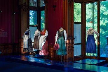 """Ausstellungsansicht """"Dirndl. Tradition goes Fashion"""", Foto: Michael Maritsch"""