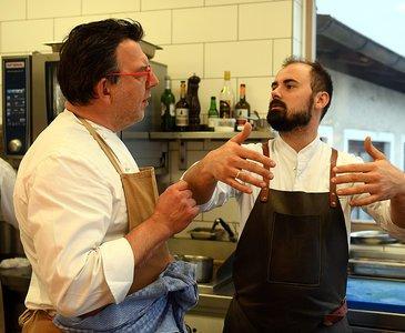 Lukas Nagl in der Bootshaus Küche mit Gastkoch Alessandro Cavagna