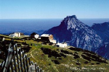 Bergstation Feuerkogel mit Blick auf den Traunstein, (c) Oberösterreich Tourismus GmbH_Brigitte