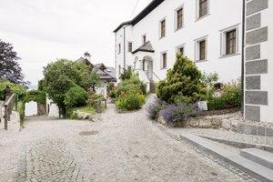 Klosterhof und Eingang zum Klostersaal