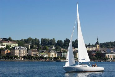 Segelboot am See vor Schloss Ort, (c) Oberösterreich Tourismus GmbH Hermann Erber