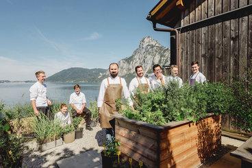 Bootshaus Team mit Lukas Nagl vor dem Traunstein im Kräutergarten