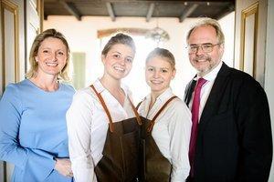 Gastgeber Monika und Wolfgang Gröller mit Töchtern Josefine und Marie © Stefan Seelig
