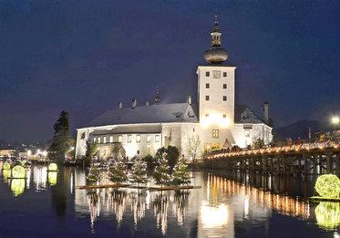 Schloss Ort mit seinen schwimmenden Christbäumen, (c) Wolfgang Spitzbart