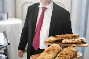 Wolfgang Gröller beim Catering